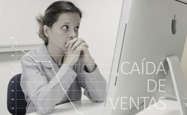Chica frustrada frente a una pantalla de ordenador