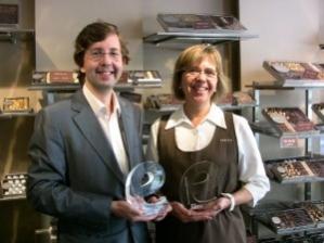 CEO de Einnova recibiendo premio junto con el cliente tras contratar servicios de posicionamiento