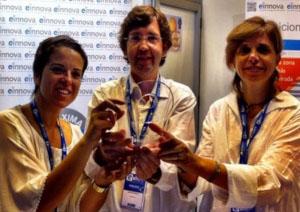 CEO de Einnova con su equipo con premio de eshow 2012